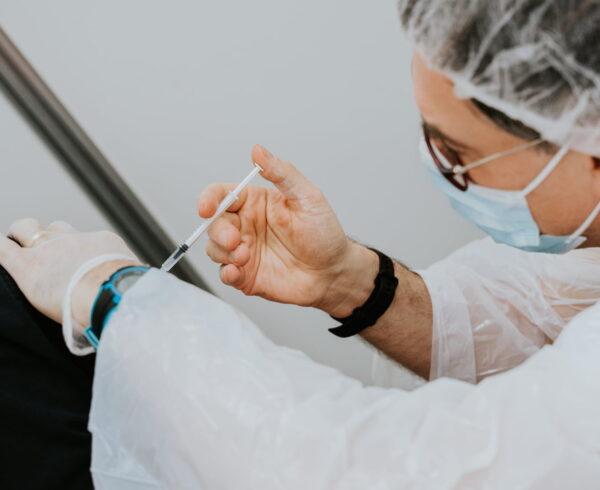Rifiuto a vaccinarsi: la tutela dell'Inail per il lavoratore e i riflessi sulle coperture assicurative del datore