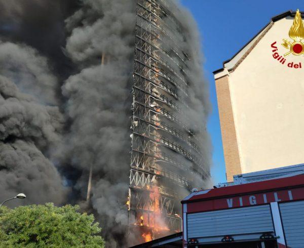 Palazzo distrutto dalle fiamme a Milano: chi rimborserà i danni?